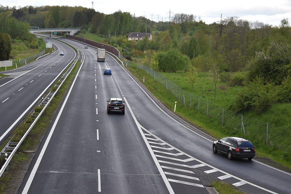 Nájezd na dálnici D6 u Louček. Za poslední dva roky zde bylo 11 nehod a 2 zranění.