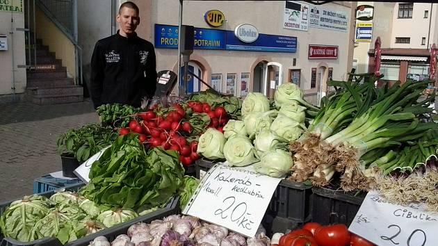 Jeden ze slovenských prodejců ovoce a zeleniny Patrik. Do Sokolova jezdí již dvanáctým rokem
