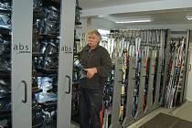 Správce bublavského skiareálu Bohumil Havel ukazuje vybavení nové půjčovny lyží.