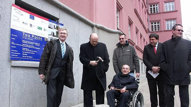Poklepat na základní kámen stavby v Sokolově přijel i Václav Krása (sedící).