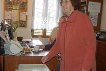 PRVNÍ VOLIČKOU byla Isolde Kovačiková. Nelíbí se jí, že před volbami v obci uměle rostl počet trvale příhlášených.