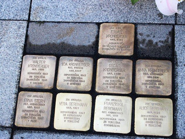 Devět kamenů zmizelých před služebnou policie připomíná rodinu Eduarda Kronbergera.