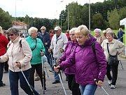 Po instruktáži, jak se správně s hůlkami chodí, vyrazili účastníci trénovat kolem Areálu zdraví.