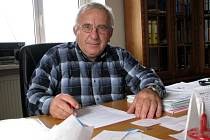 STAROSTA Královského Poříčí Ivan Stefan (na snímku) je doslova zavalený prací. Všude na stole má projektové dokumentace a materiály týkající se chystaných investičních akcí.