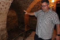 Expozici chystanou ve sklepení sokolovského zámku přiblížil ředitel muzea Michael Rund (na snímku).