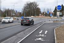 Chodci i cyklisté už mohou využívat novou stezku.