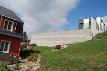 Zeď, která rozpoutala spor mezi dvěma sokolovskými rodinami. Rodinný domek Bartakovicsových je na snímku vlevo