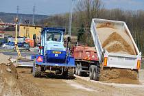 Stavební stroje, pracující na obchvatu Sokolova, se mohou vrhnout na další část. Ta povede přes silnici do Citic a železnici do Chebu (v pozadí). V cestě stojí i říčka Svatavka