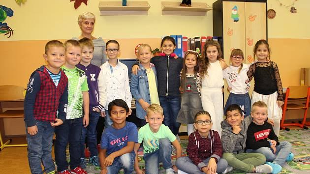 Prvňáčci z 1. B Základní školy Habartov s třídní učitelkou Lenkou Hercíkovou.