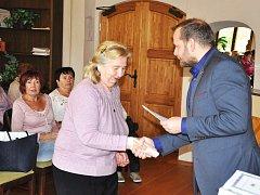 Studijní indexy převzali senioři při slavnostním zahájení Akademie umění a kultury z rukou starosty Alexandra Tereka.