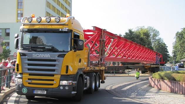 Kamion s nadměrným nákladem uvízl v centru Sokolova.
