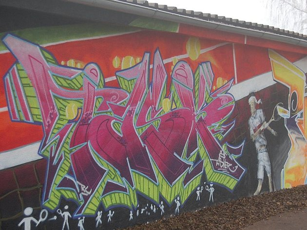 Chebští a pražští writeři vytvořili svá díla na zdi garáží mezi cyklostezkou a sokolovským skateparkem.
