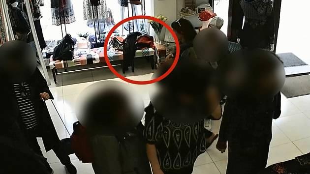 Krádež kabelky v Karlových Varech zachytila bezpečnostní kamera.