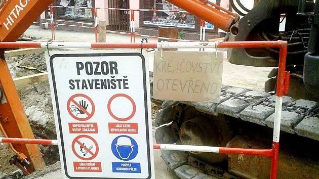 Podnikatelé si stěžují, že bagry, prach, hluk a zápach odrazují zákazníky od návštěvy jejich provozoven