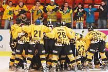 Vítězná radost sokolovských hokejistů v Děčíně