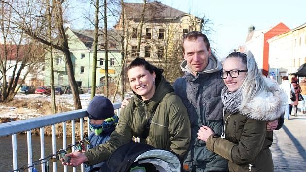 Zpečetit svůj vztah zavěšením zámečku přišli i Michaela a Martin Hudských se svými dětmi z Habartova.