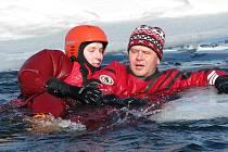 HASIČI na koupališti Bílá voda v Chodově trénovali záchranu člověka při prolomení ledu na zamrzlé vodní hladině.
