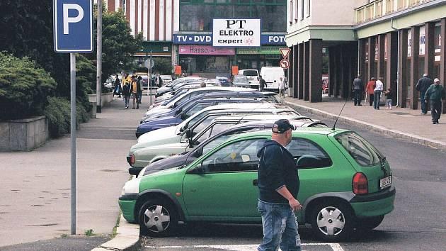 Na náměstí Budovatelů by prý v nejbližší době neměl být problém zaparkovat. Město zvolí jednu z variant, jak zde regulovat parkování.