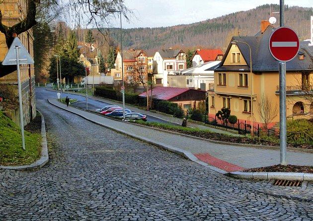 Ulice je po rekonstrukci jednosměrná.