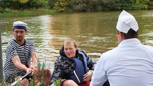 Na letošní poslední plavbu po Ohři z Kynšperka do Sokolova se vydalo na čtyřicet vodáků.