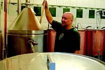 Ladislav Sás ukazuje malý pivovar v Lomnici. Ten je zkušební varnou pro plánovaný pivovar v klášteře v Sokolově.