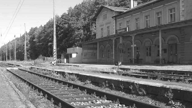 Šabinští cestující museli za vlakem docházet až na dasnické nádraží