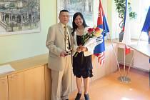 RODAČKA Z VIETNAMU Ngoc Thuy Le se stala občankou České republiky. Po boku má svého manžela Nguyen Thanh Binha při předávání občanství v Karlových Varech.
