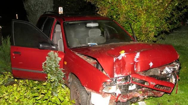 POŘÁDNĚ ZMUCHLANÝ byl po sobotní noční jízdě vůz šedesátileté ženy z Chodova. Není divu: na pár stech metrech zvládla hned tři nehody. To vše pod vlivem alkoholu.