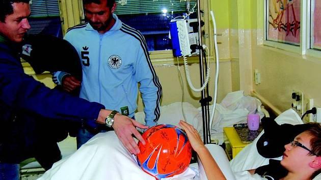 Fotbalisté předávali dárky nemocným