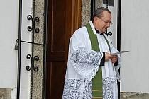 Farář Majkov před kamenickou kapličkou