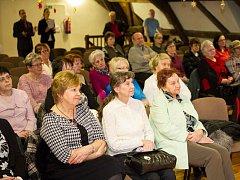 Slavnostní zakončení Akademie v sále Pluhova domu bylo pro seniory výjimečným zážitkem.