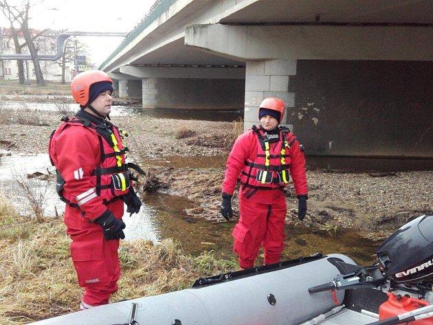 POLICIE s hasiči ukončili pátrání po muži v řece Ohři v Sokolově, kam skočil v sobotu večer, když prchal před policií.