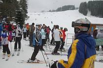 Lyžaři si o víkendu užívali na horách.