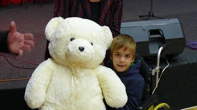 JAKUB se radoval z medvěda, kterého na benefici dostal.