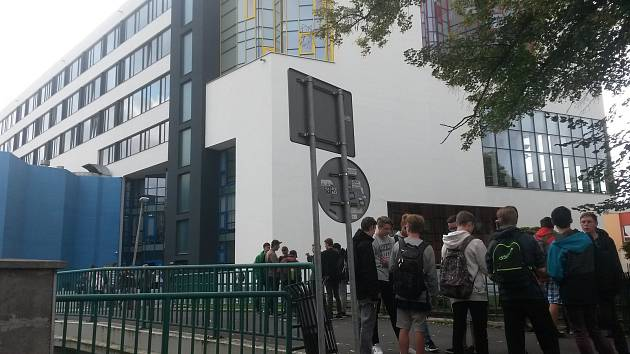 Prostranství před hlavním vchodem do sokolovské integrované střední školy technické a ekonomické