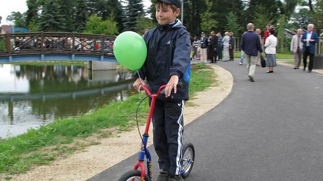 VINTÍŘOVSKÉ DĚTI se mohou v lesoparku projíždět na kolech, koloběžkách nebo bruslích.