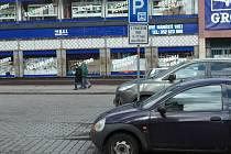 Parkování u obchodního domu Výběr