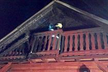 Hasiči likvidovali v Lokti požár chaty. Příčina je v šetření.