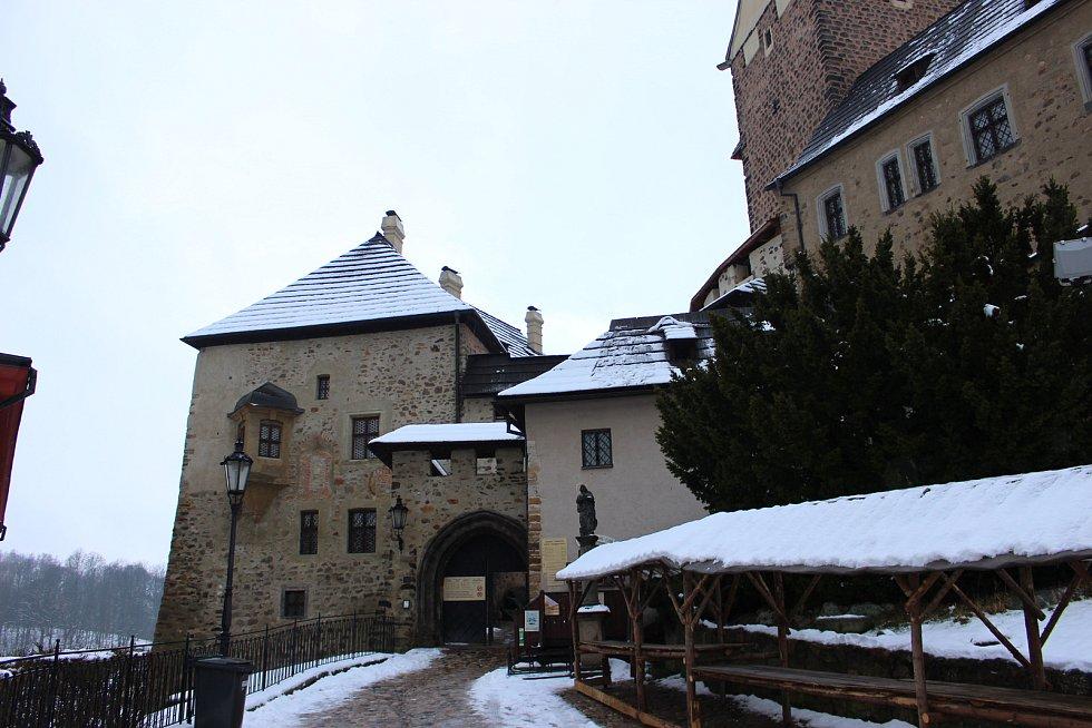 Hrad Loket je otevřený po celý rok. A když napadne sníh, je to tu podle průvodců jako v pohádce. Díky novému zastřešení se z expozic do věže dostanou návštěvníci takzvaně suchou nohou.