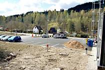 KROMĚ haly postavil Hachtel i vlastní parkoviště. Stát tam budou moci i zahrádkáři.