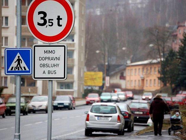 Průjezd kamionům dosud zakazuje značka, která je od hranic umístěná asi dva kilometry.