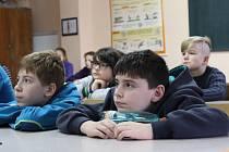 Žáci chodovského gymnázia přednášky o kyberšikaně bedlivě poslouchají