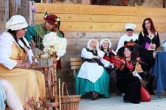 Dřevěné pódium, které potřebuje obnovu, slouží k řadě akcí. Naposledy to bylo pálení čarodějnic.