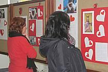 Foyer kina Alfa v Sokolově zaplnily fotografie a příběhy pěstounských rodin. Výstava potrvá do adventu.