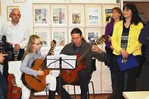 OTEVŘENÍ čítárny doprovodila i kulturní vložka v podobě hudebního vystoupení žáků a učitelů základní umělecké školy.