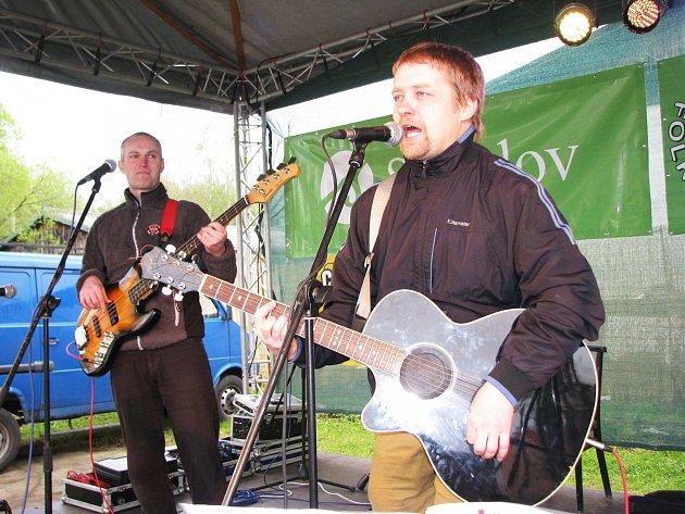 LEVORUKÝ EDA BAND ve svých písních vyjádřil, co si myslí o současném politickém dění.