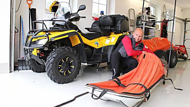 HORSKÝ záchranář Miroslav Račko připravuje techniku již v nové služebně.