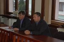PLAVČÍK Jaroslav Kučera (vpravo) odešel včera od sokolovského soudu s podmíněným trestem a zákazem činnosti. Rozsudek není pravomocný, obhajoba se odvolala.