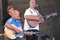 František a Vojta Nedvědové vystoupili na statku Bernard společně s kapelou  Tie Break.