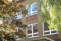 Nevyhovující okenní výplně nahradila v budovách 2. základní školy v Chodově plastová okna